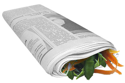 déchets épluchures de légumes emballées dans du papier journal